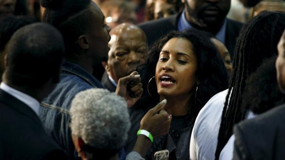 صورة محتجون يقاطعون كلينتون