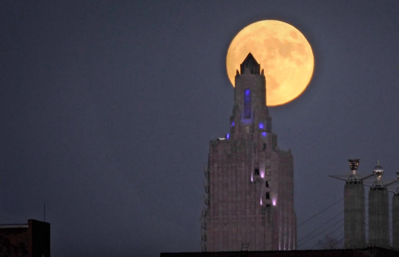 """Photo of مقطع فيديو يرصد """"القمر السوبر"""" حول العالم. شاهد لتعرف"""