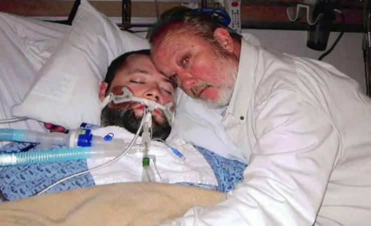 """صورة هدّد الأطباء بـ""""السلاح"""".. فاستيقظ ابنه من """"غيبوبة"""". إقرأ"""