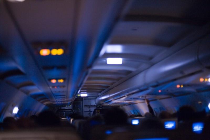 صورة لماذا تُطْفأ أنوار الطائرات عند الإقلاع والهبوط؟.. إعرف أكثر
