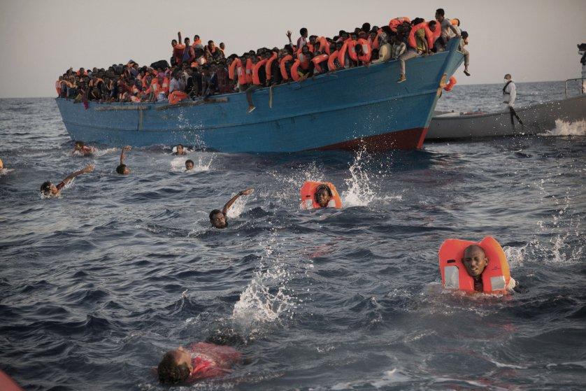 """صورة سرت و """"مأساة البحر"""".. ليبيا حاضرة في """"أقوى"""" صور 2016"""