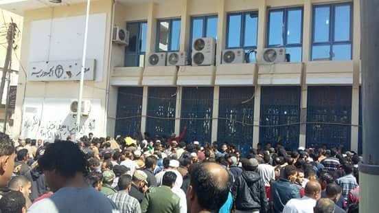 صورة أزمة السيولة تنخر جيوب الليبيين.. وتُنغّص حياتهم