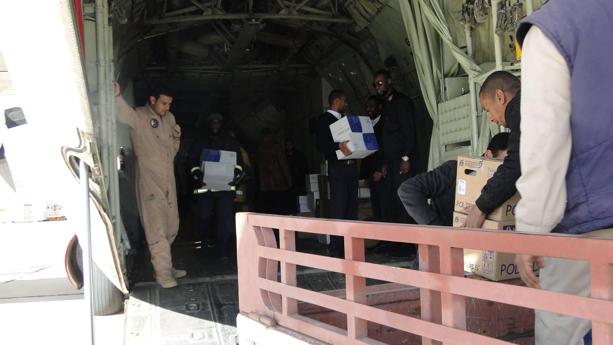 "Photo of طائرة تنقل ""سيولة وأدوية"" تحط بمطار غدامس"