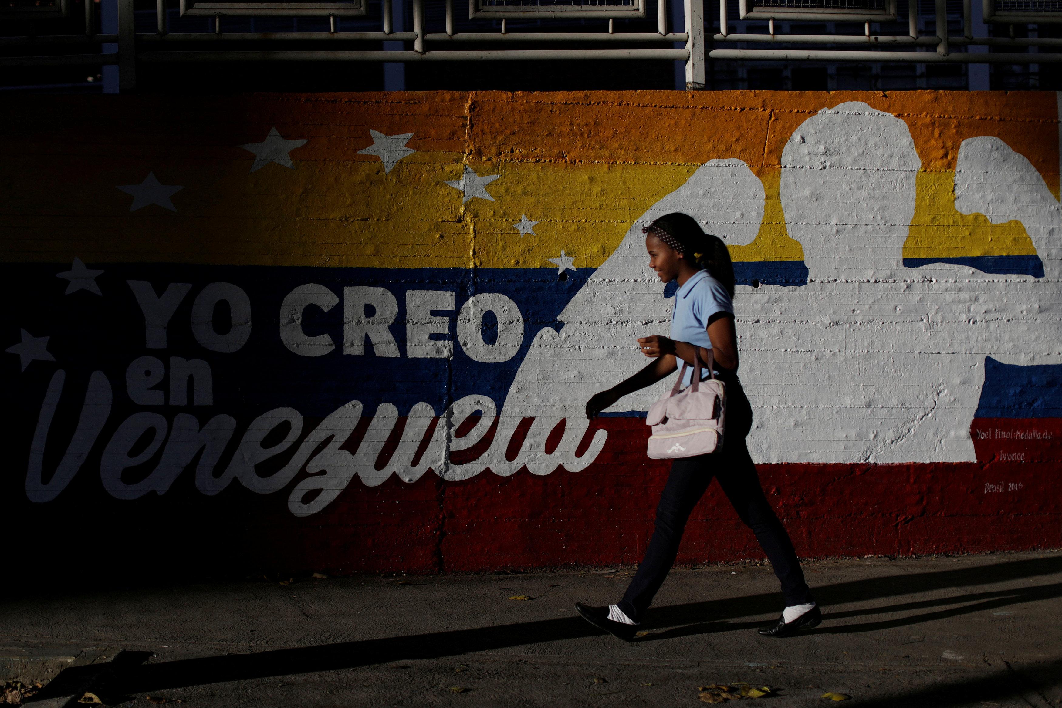 """صورة فنزويليات يعبرن إلى كولومبيا لـ""""سبب غريب جدا"""". اقرأ"""