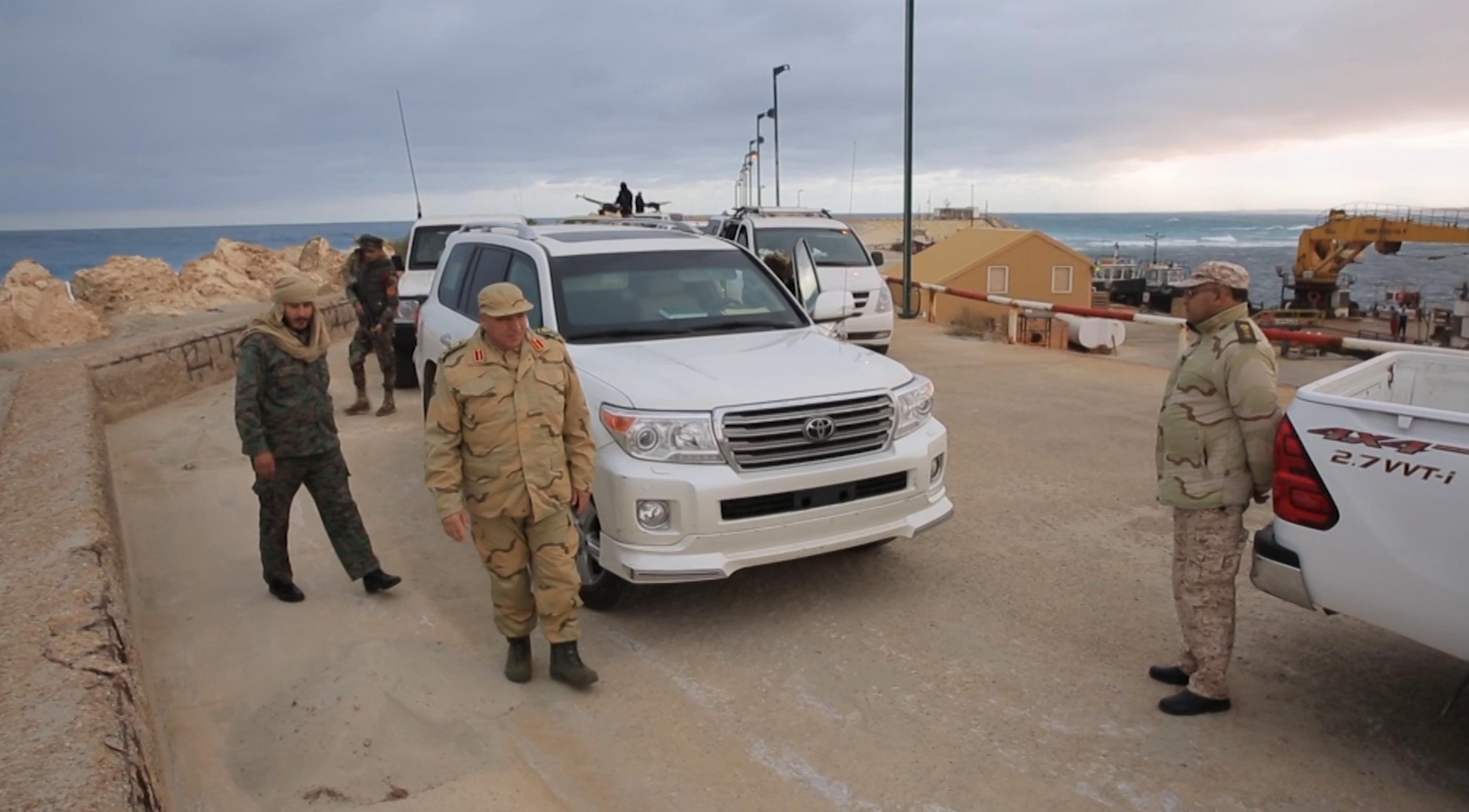 الجيش الوطني يتفقد العمل بالمواقع المحررة في سرت