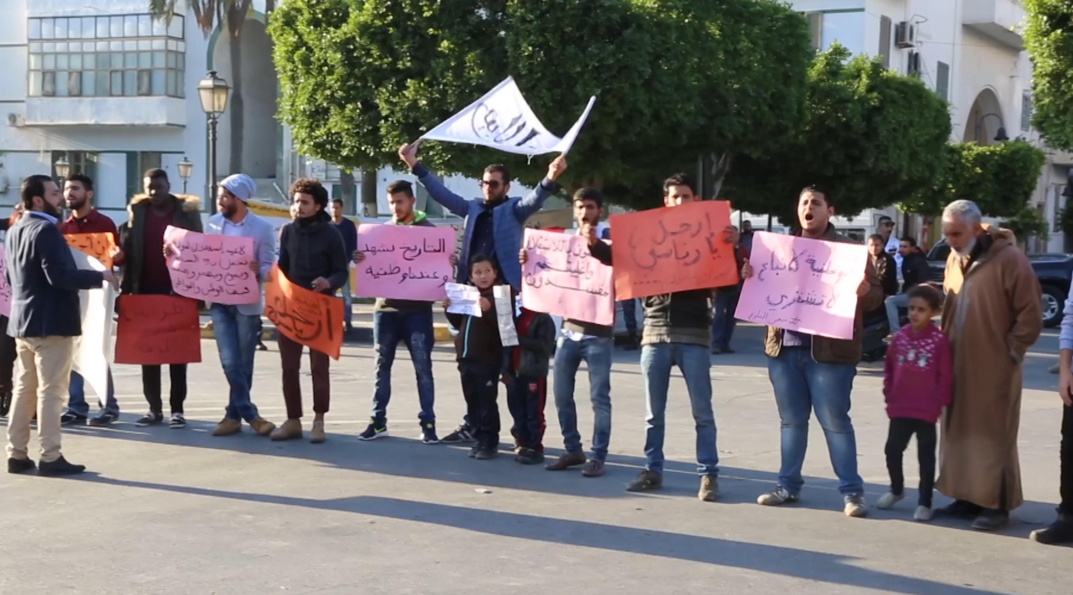 "Photo of متظاهرون في طرابلس: ""خذوا الكراسي واتركوا الوطن"""