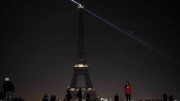 """صورة """"برج إيفل"""" يتضامن مع أزمة حلب الإنسانية"""