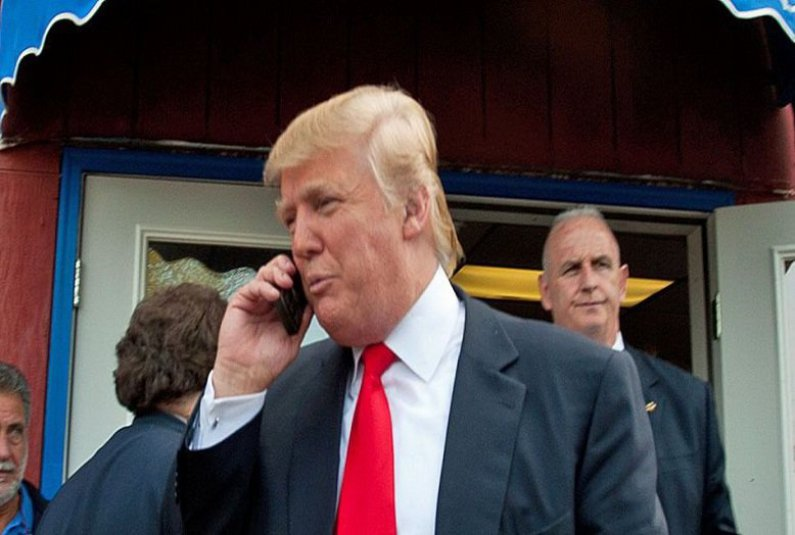 """صورة مُصادرة هاتف ترامب.. و""""حساب تويتر"""" بـ""""أوامر أمنية"""""""