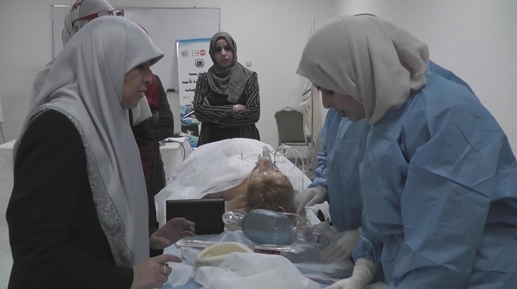 "Photo of نساء في طرابلس يتلقين تدريبات بمجال ""الولادة الآمنة"""