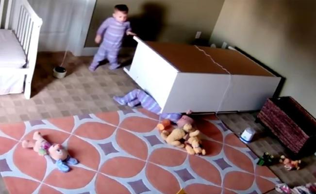 طفل صغير ينقذ شقيقه من الموت تحت خزانة