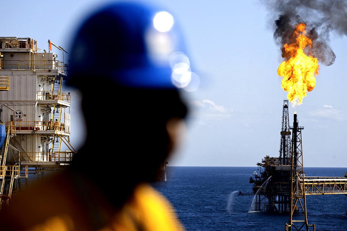صورة حفتر يرفع أسعار النفط العالمية