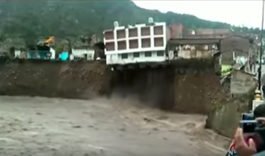 Photo of مقطع صادم لسقوط فندق في النهر المُجاوِر. شاهد