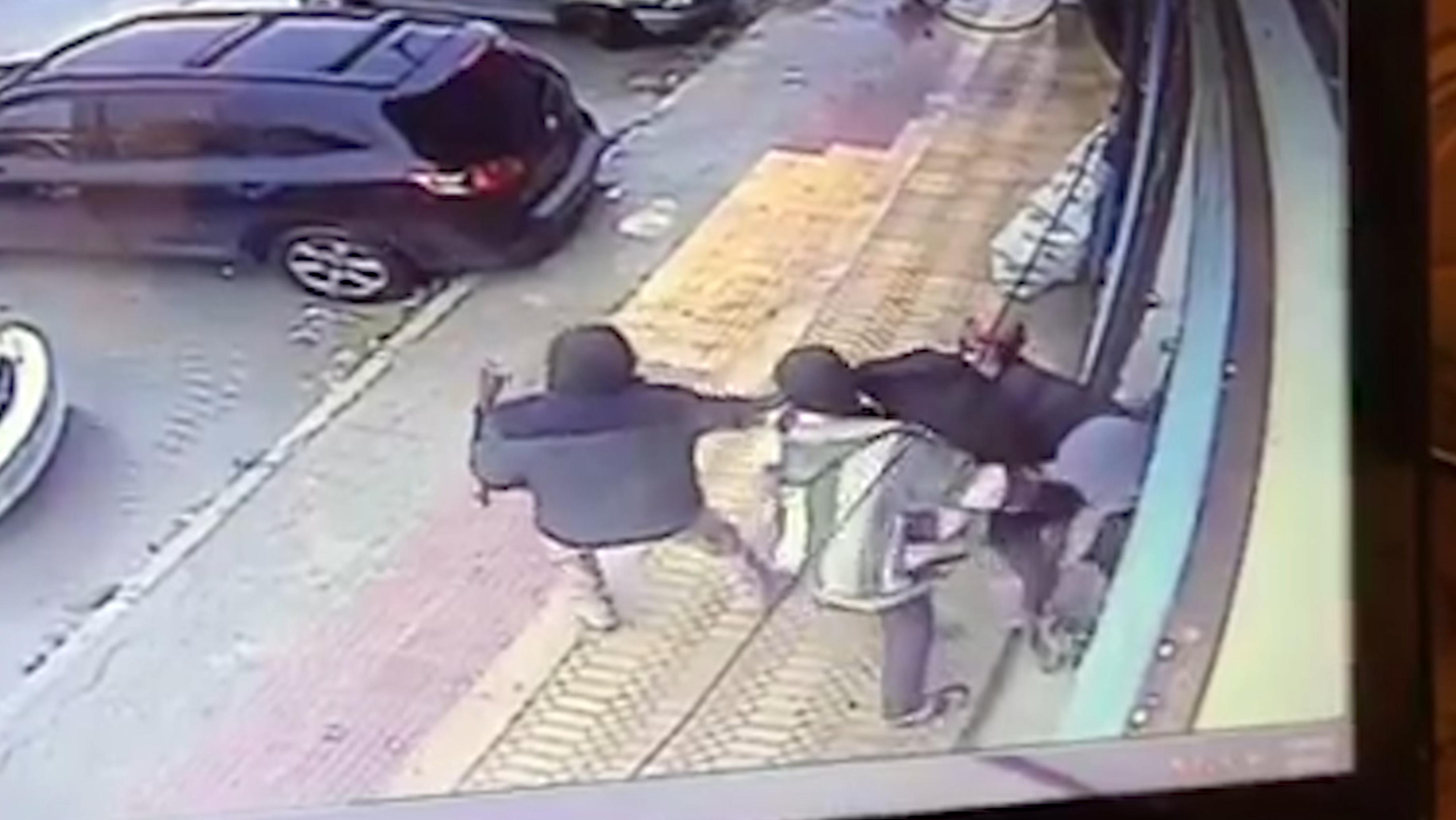 "Photo of مقطع فيديو يُظْهِر اختطافا ب""الفلاح"".. ومسلحين يطلبون ""فدية"""