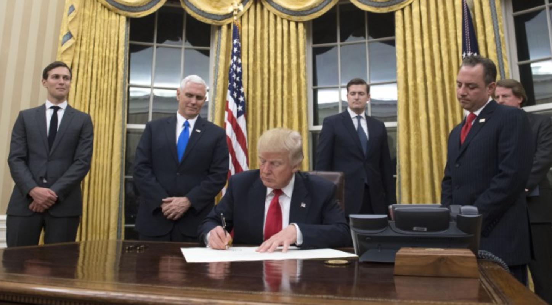 """صورة ترامب يمنع الليبيين من """"تأشيرة أميركا"""".. ويتحرك ضد """"الهجرة"""""""