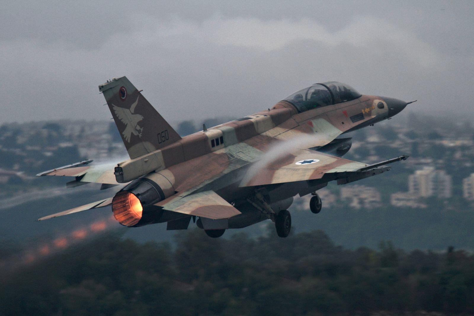 """صورة طائرات إسرائيلية قصفت """"أسلحة إيرانية"""" قرب مطار دمشق"""