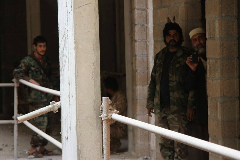 """Photo of الإرهابيون يحتفظون بـ""""دروع بشرية"""" في العمارات الـ""""12″"""