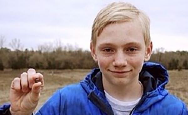 """صورة """"الفتى المحظوظ"""" عثر على ماسة بعد نصف ساعة بحث. اقرأ"""