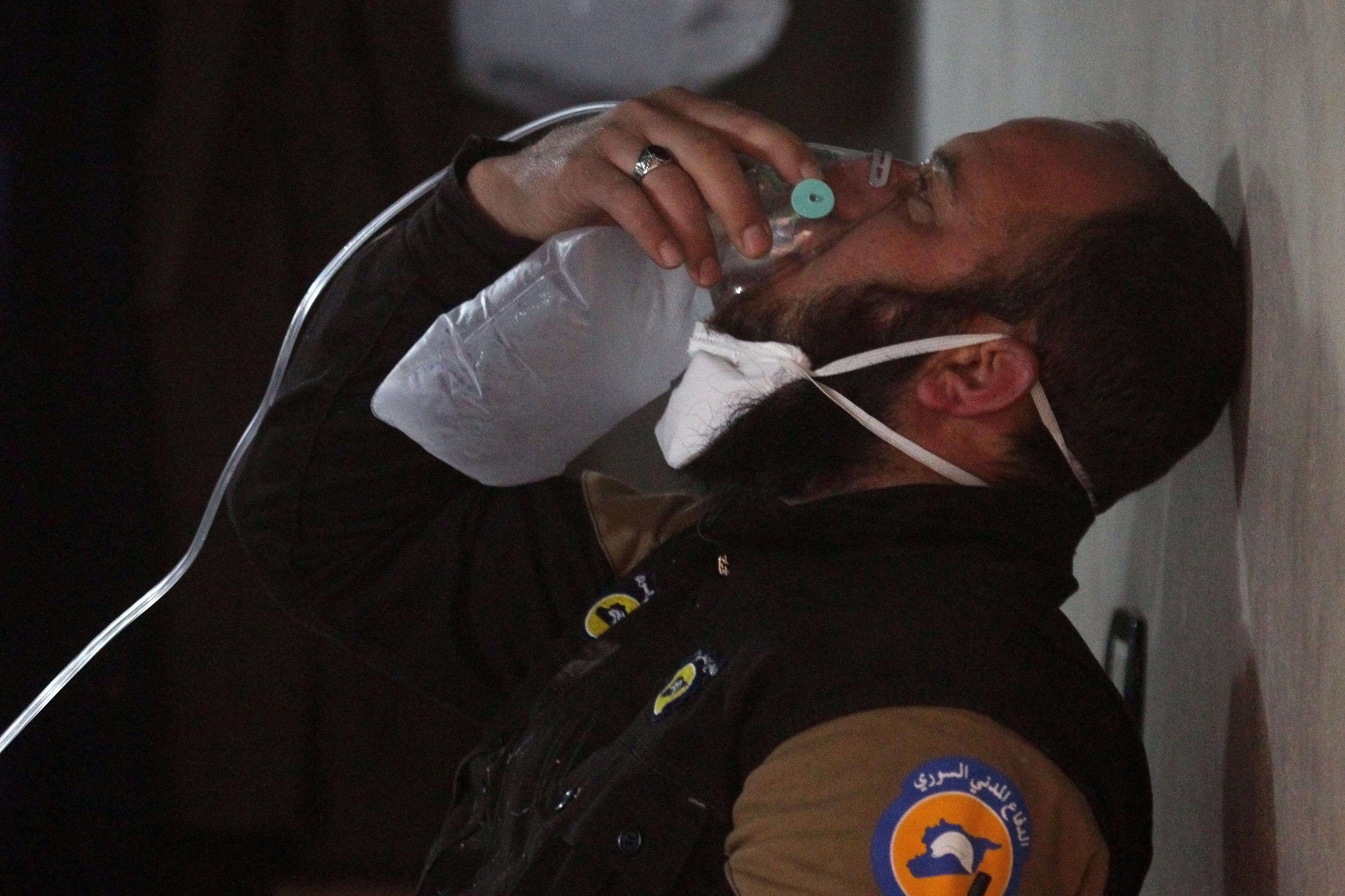 """صورة قصف جوي بـ""""غاز سام"""" لإدلب السورية يقتل نحو 60"""