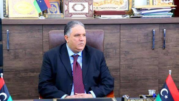 """صورة وكيل وزارة يقتحم مقر """"العدل"""" مُحْتجا.. ويُحطّم محتوياته"""