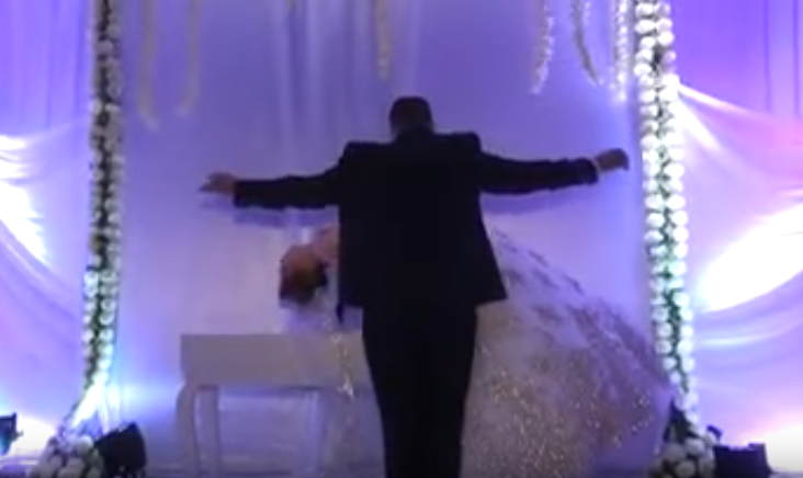"""صورة ساحر تونسي """"يطير بعروسه"""" في حفل الزفاف"""