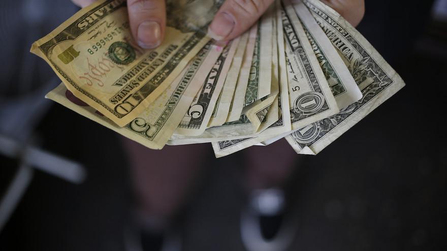 """Photo of """"قفزة تاريخية"""" للدولار أمام الدينار.. وصمت رسمي"""