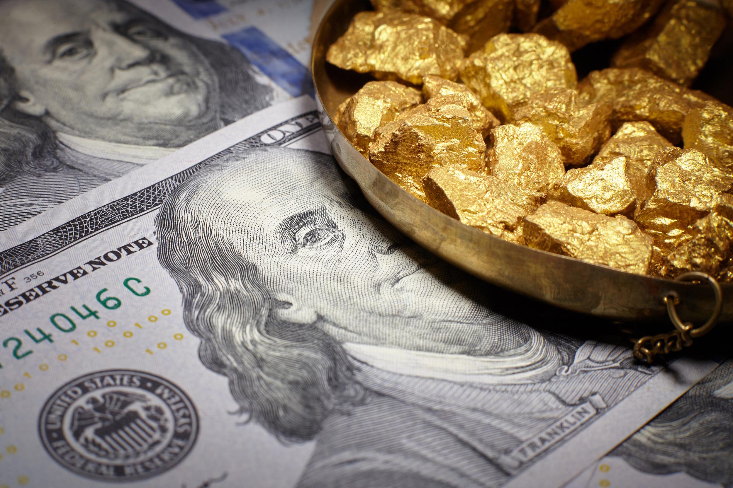 """صورة الذهب يصعد قرب """"أعلى مستوى"""".. والدولار يهتز"""