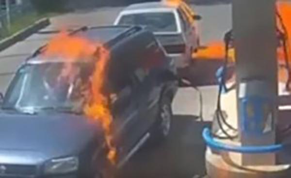 الغباء القاتل.. كاد يحرق محطة وقود بـولاعة. شاهد