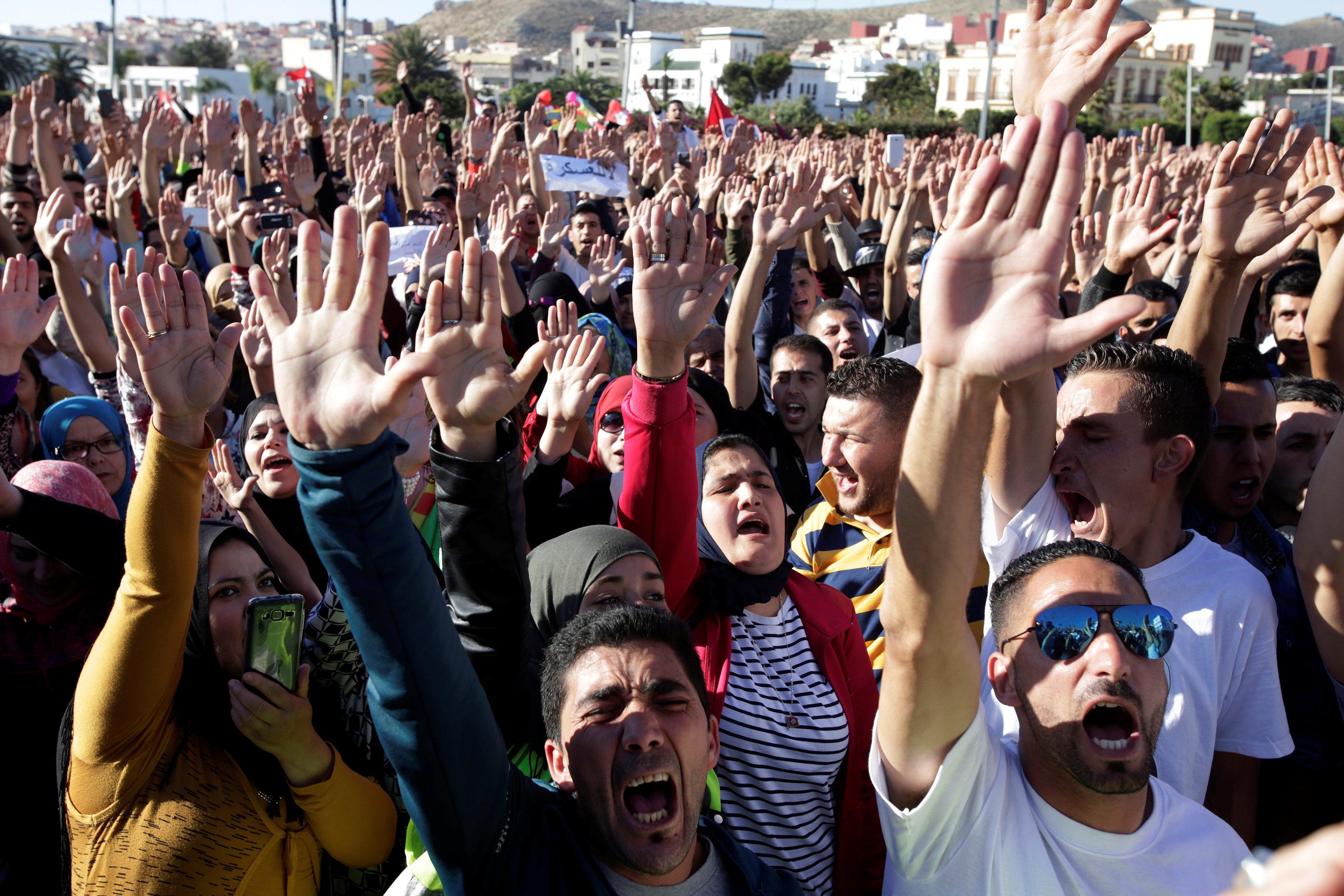 """صورة آلاف المغاربة يحتجون """"سلميا"""" ضد """"الفساد الحكومي"""""""