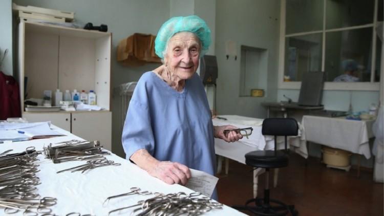 """Photo of """"الجدة الجراحة"""".. 67 عاما في الطب ولا تتوقف.. شاهد"""