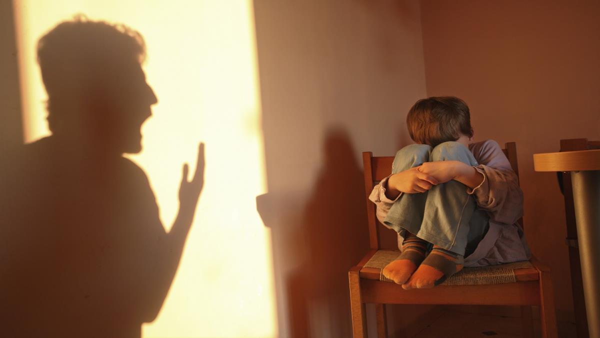 "Photo of لا تفعل هذا ""الفعل الضار"" مع طفلك. هل تعرفه؟"