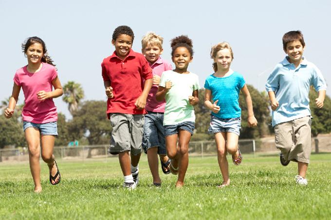 أطفال يلعبون سباق الجري
