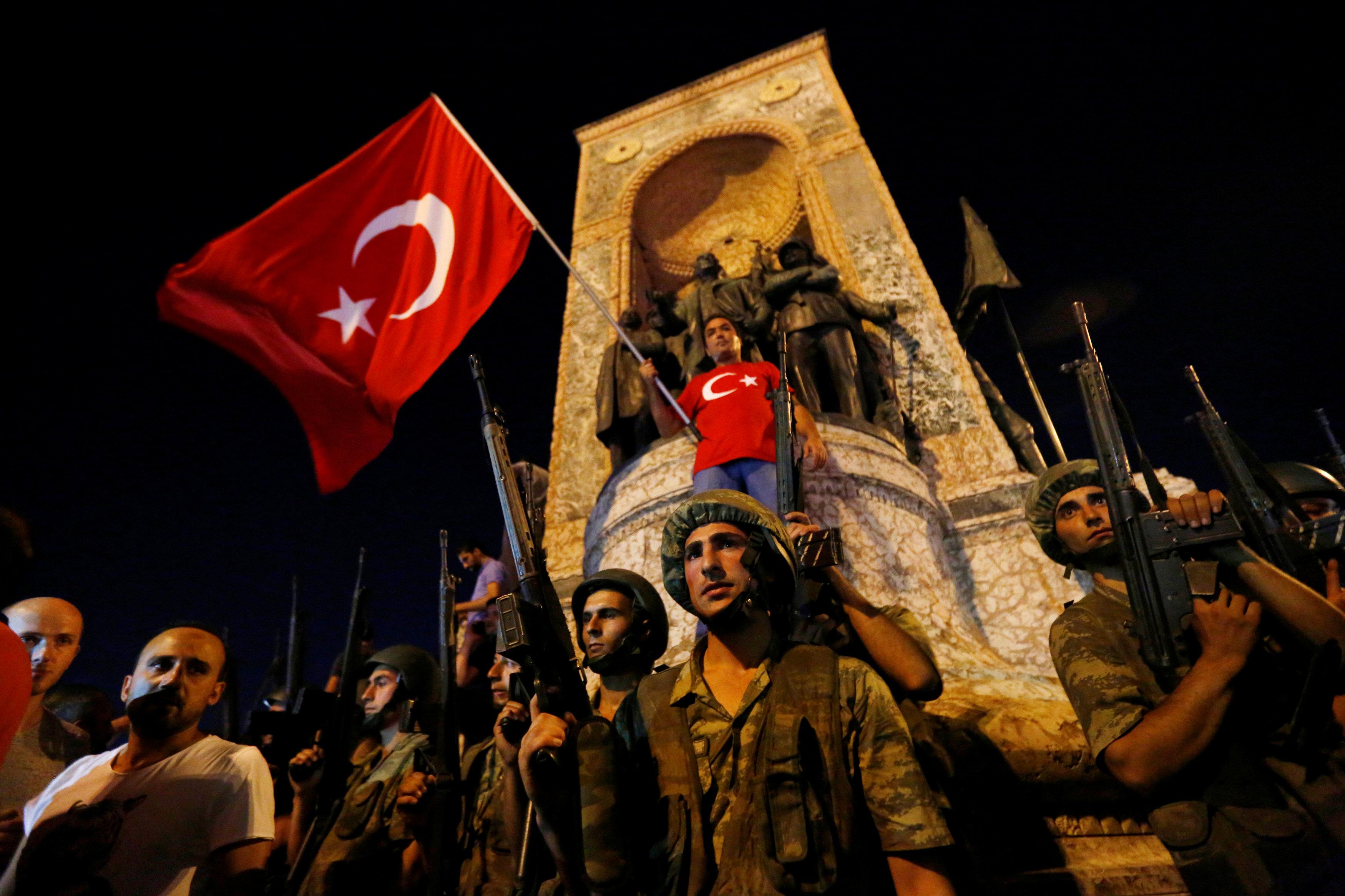 "Photo of 365 بعد ""الانقلاب"".. ""الملك"" أردوغان تخبط.. وجيش ""معتقلين"""