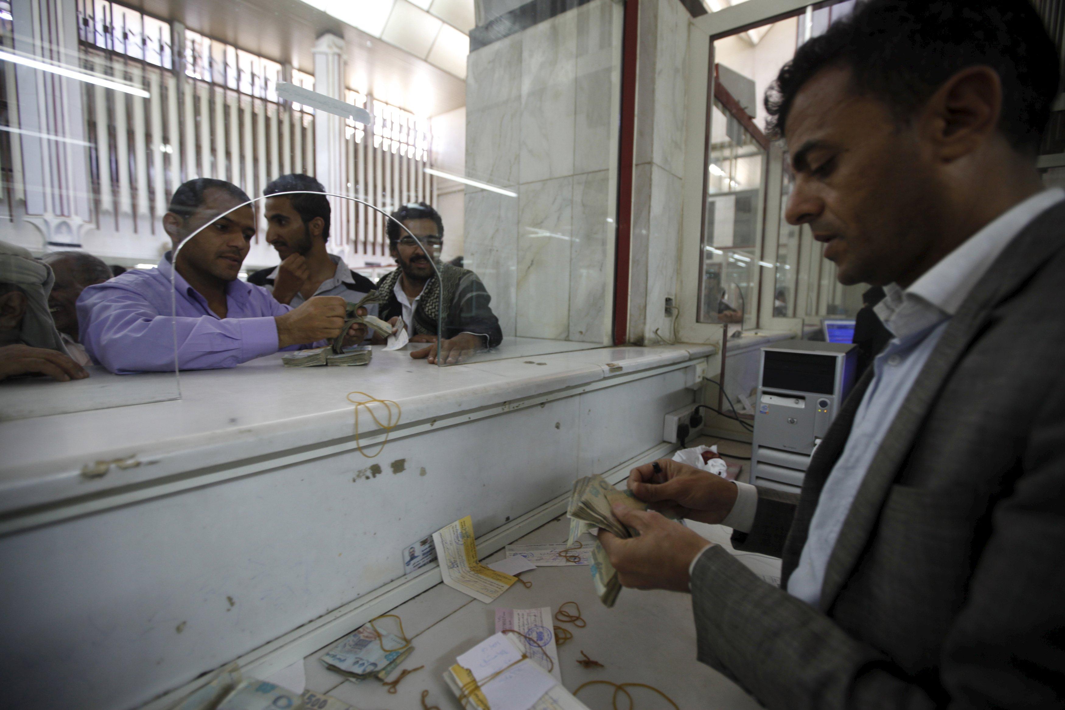 "Photo of ""السطو المسلح"" يُهدد بنوكا في اليمن"