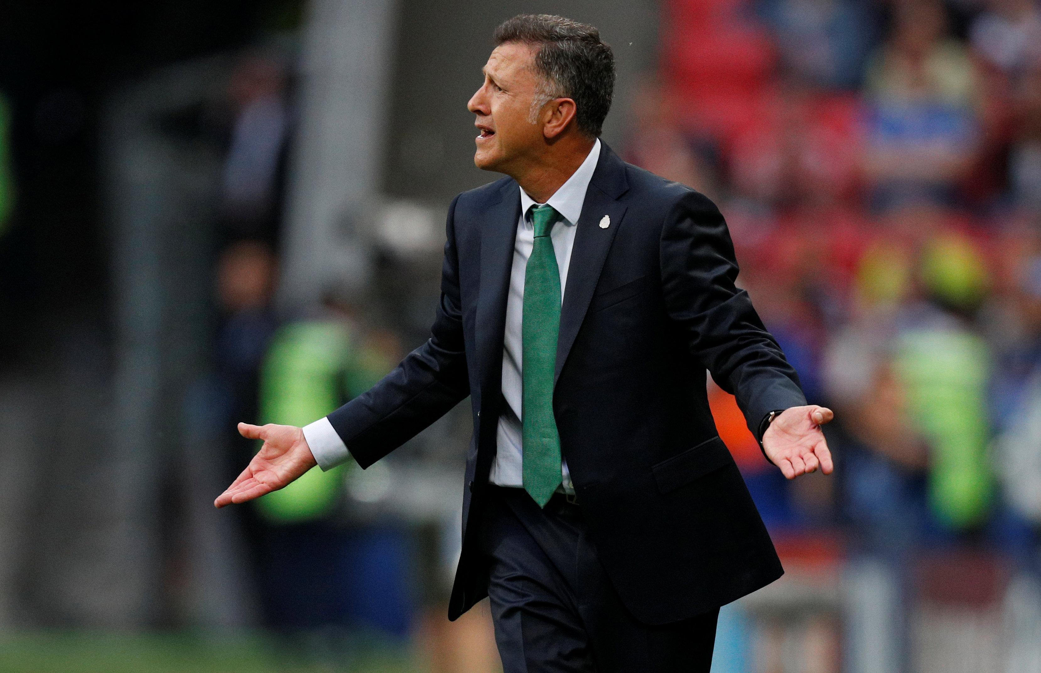 Photo of رويترز: إيقاف مدرب المكسيك 6 مباريات لإهانته الحكام في كأس القارات
