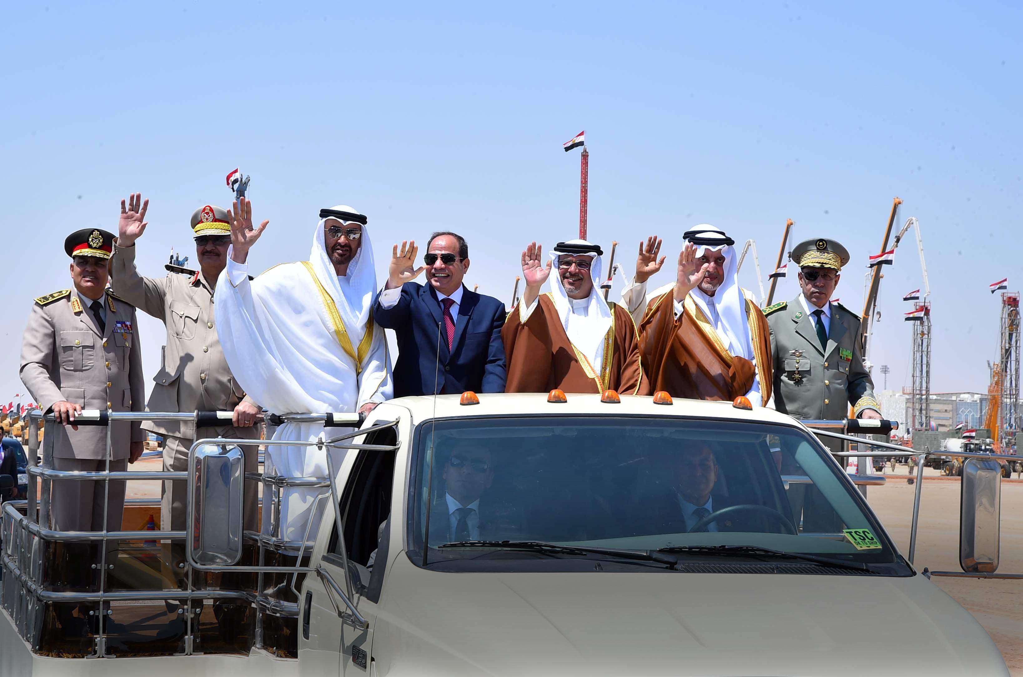 المشير خليفة حفتر يركب سيارة مع القادة العرب في افتتاح قاعدة محمد نجيب العسكرية في مدينة الحمام في مصر