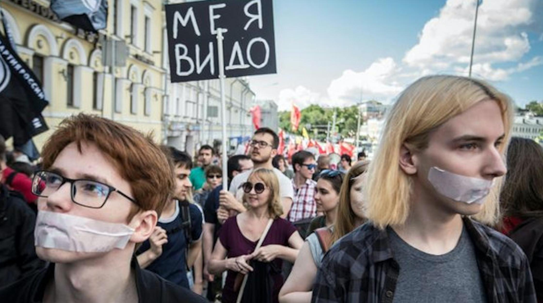 روس يتظاهرون في موسكو