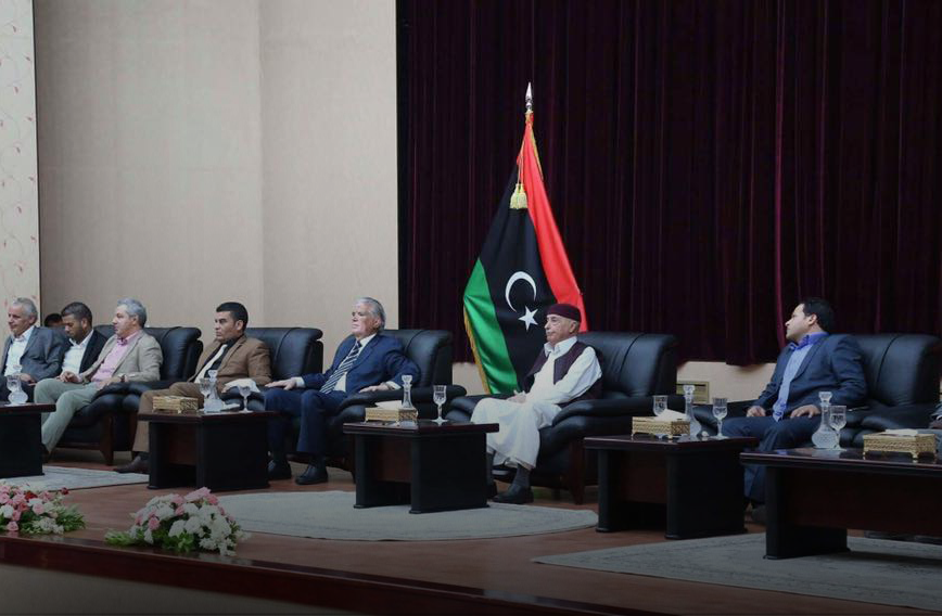 """صورة أعيان ونشطاء بنغازي يلتقون عقيلة..و يرفضون """"الدستور"""""""