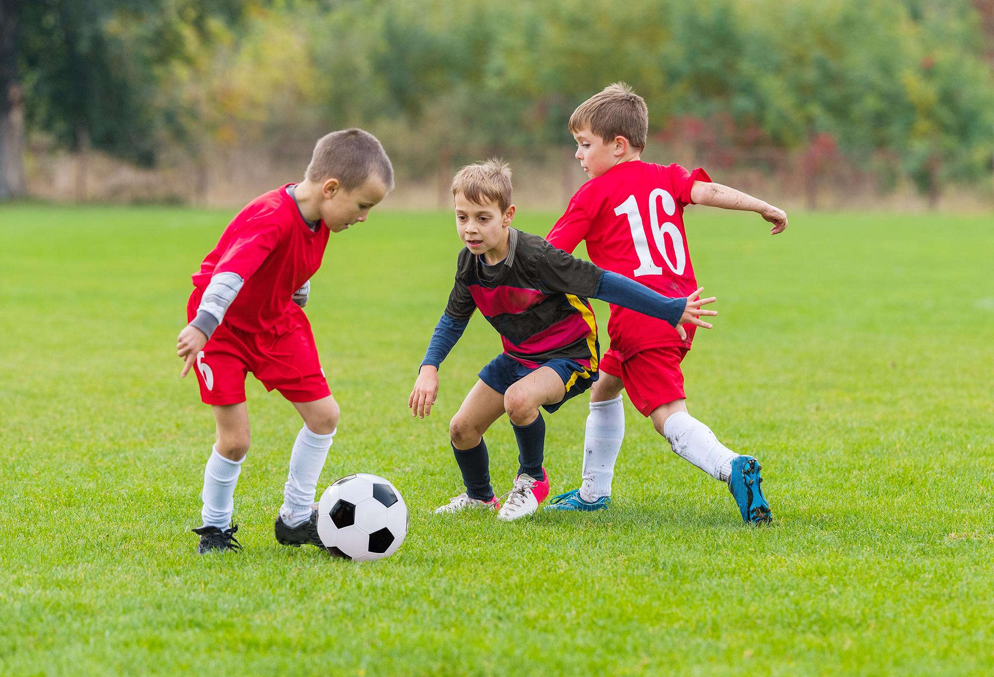 صور اطفال يلعبون كرة القدم