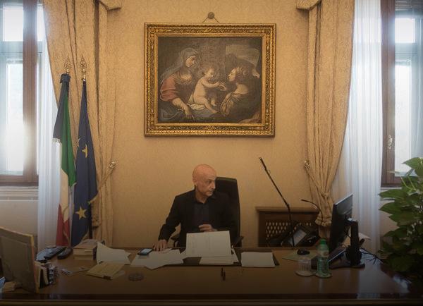 """صورة زعيم الجواسيس الإيطالي يتعامل مع أزمة """"المهاجرين"""""""