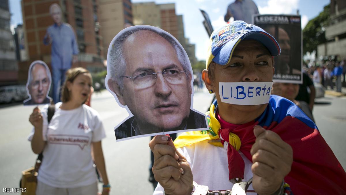 يحمل صورة المعارض المعتقل أنطونيو ليديزما