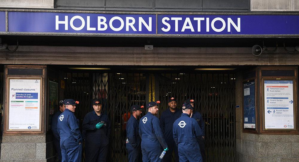 صورة الشرطة البريطانية تتحرى تقارير عن دخان في محطة مترو في لندن
