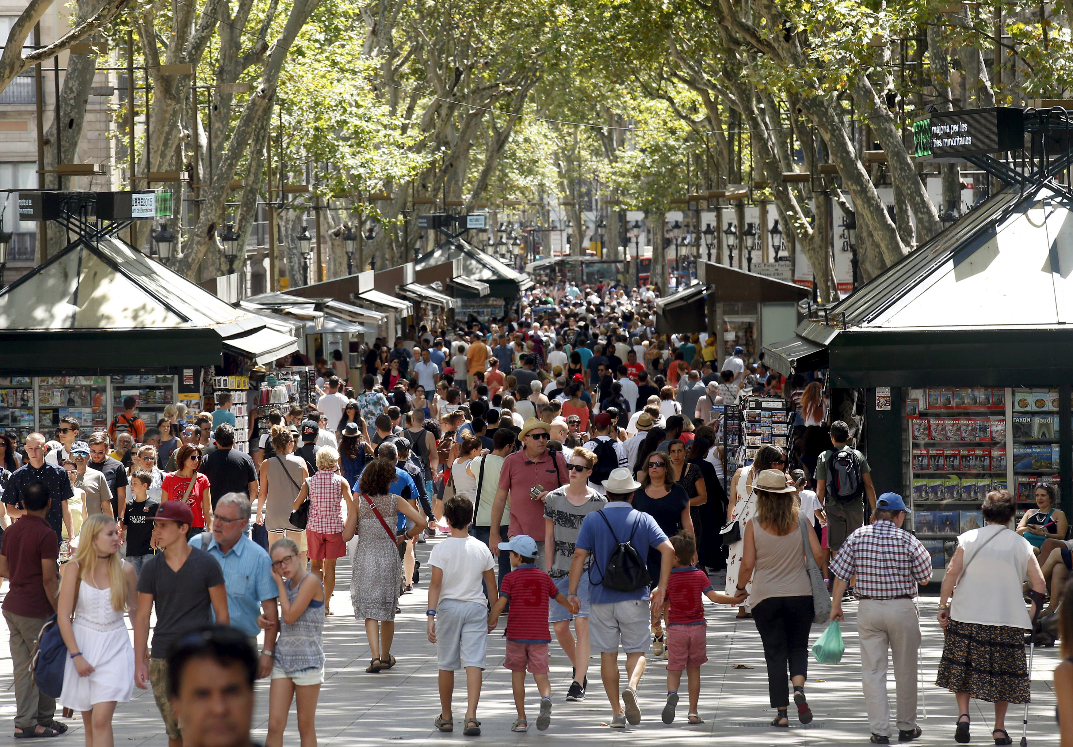 Photo of صحيفة إسبانية: مسلحان يدخلان حانة في برشلونة بعد واقعة دهس