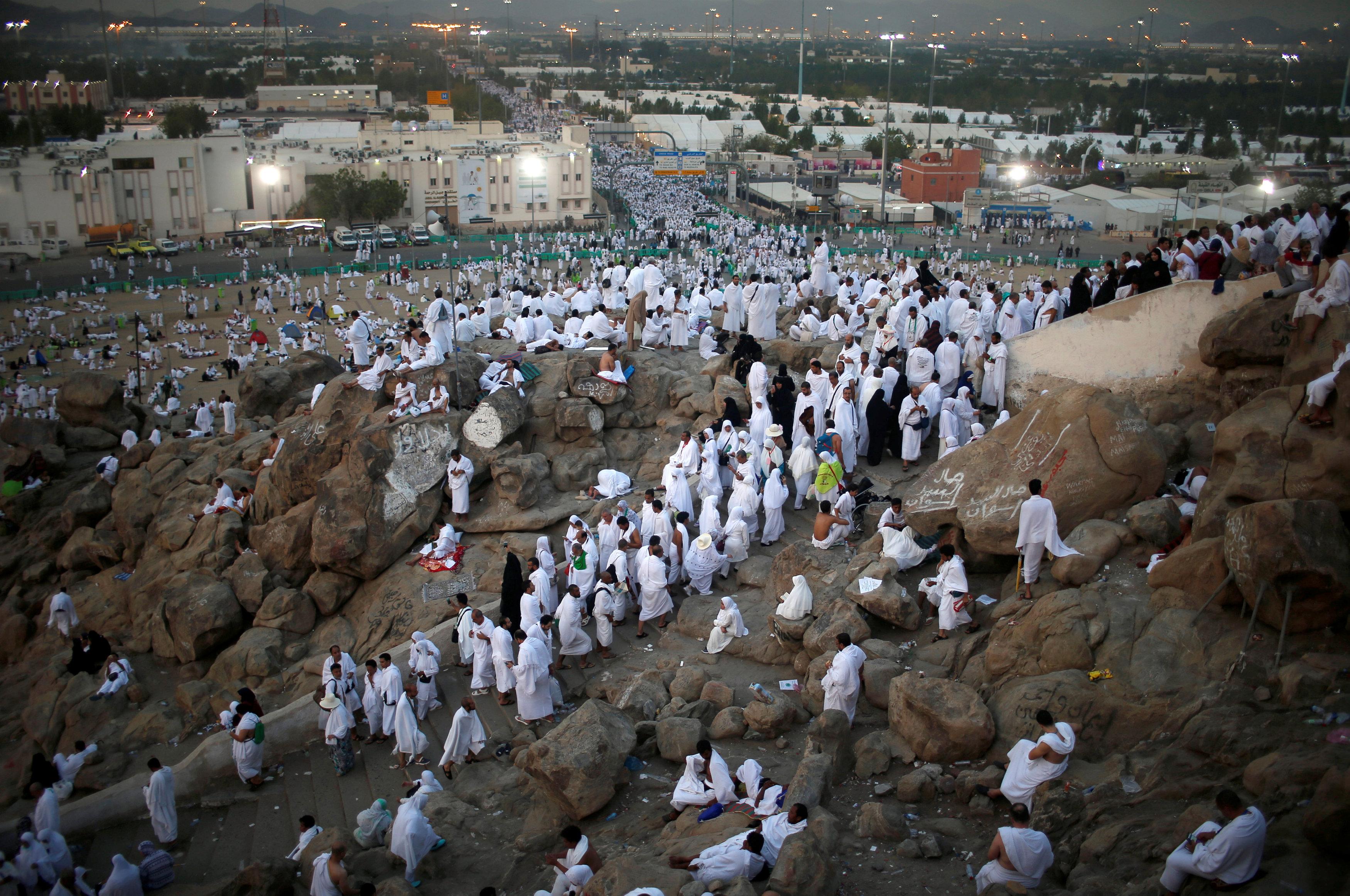 Photo of 2.5 مليون حاج يقفون اليوم على جبل عرفات
