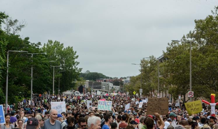 صورة آلاف يتظاهرون بمدينة بوسطن الأميركية ضد الكراهية