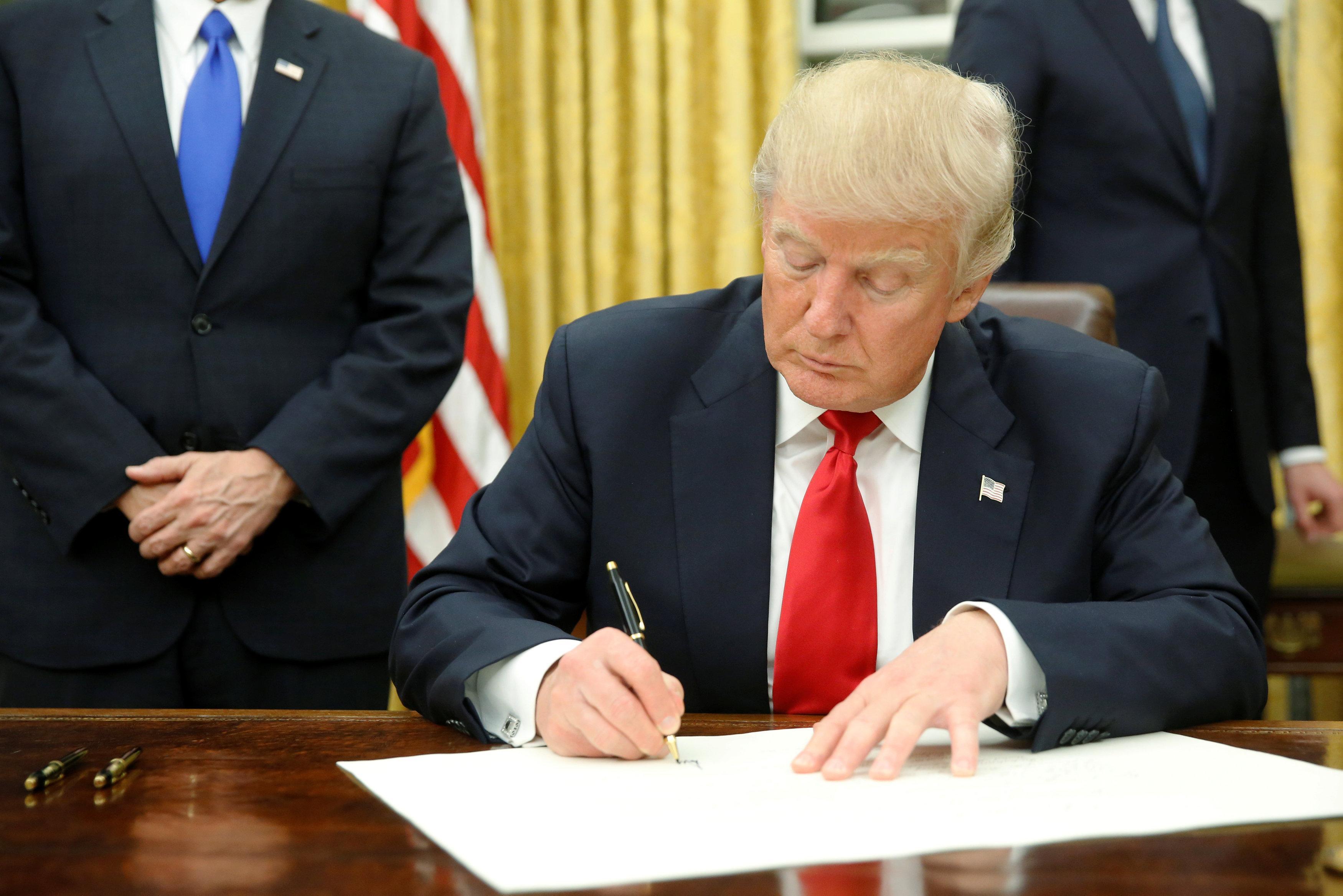 Photo of ترامب يوقع مشروع قانون العقوبات على روسيا