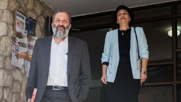 صورة وزير الداخلية الإسرائيلي وزوجته يخضعان للتحقيق بشبهة الفساد