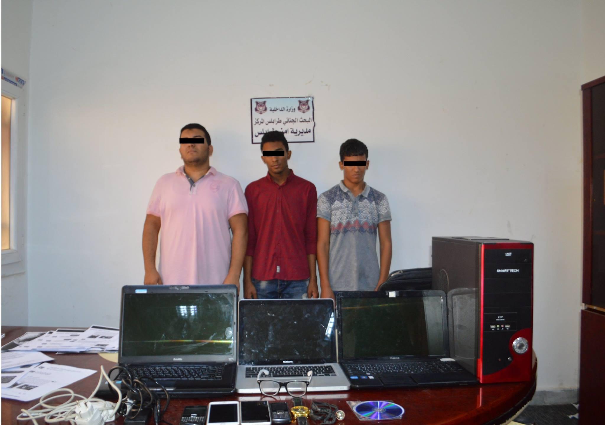 """Photo of القبض على متهمين بالابتزاز الإلكتروني لفتيات في """"طرابلس"""""""