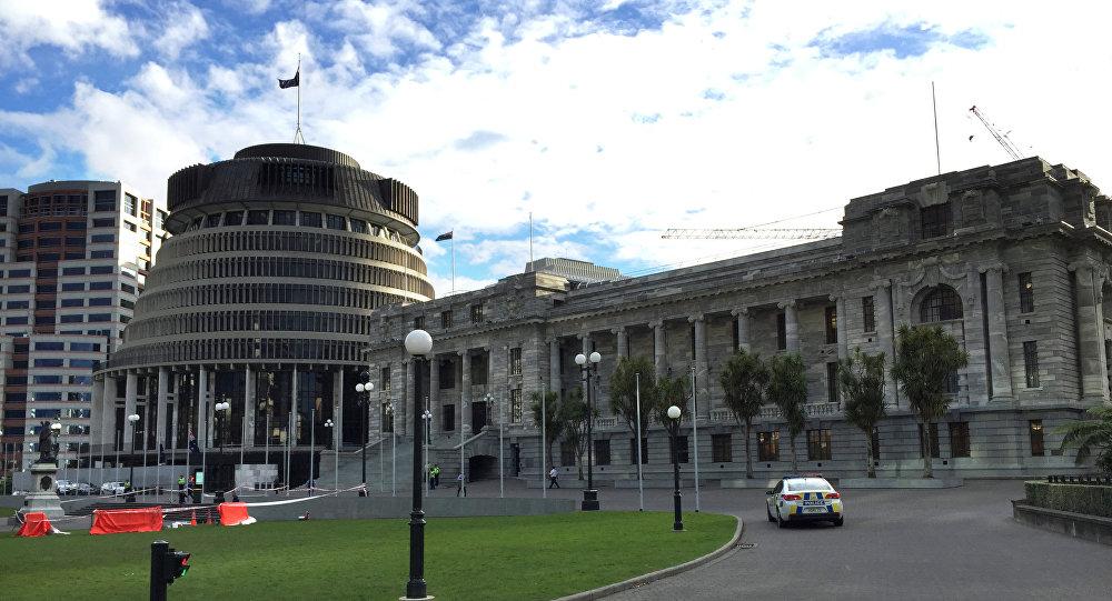 Photo of رجل يشعل النار في جسده خارج برلمان نيوزيلندا