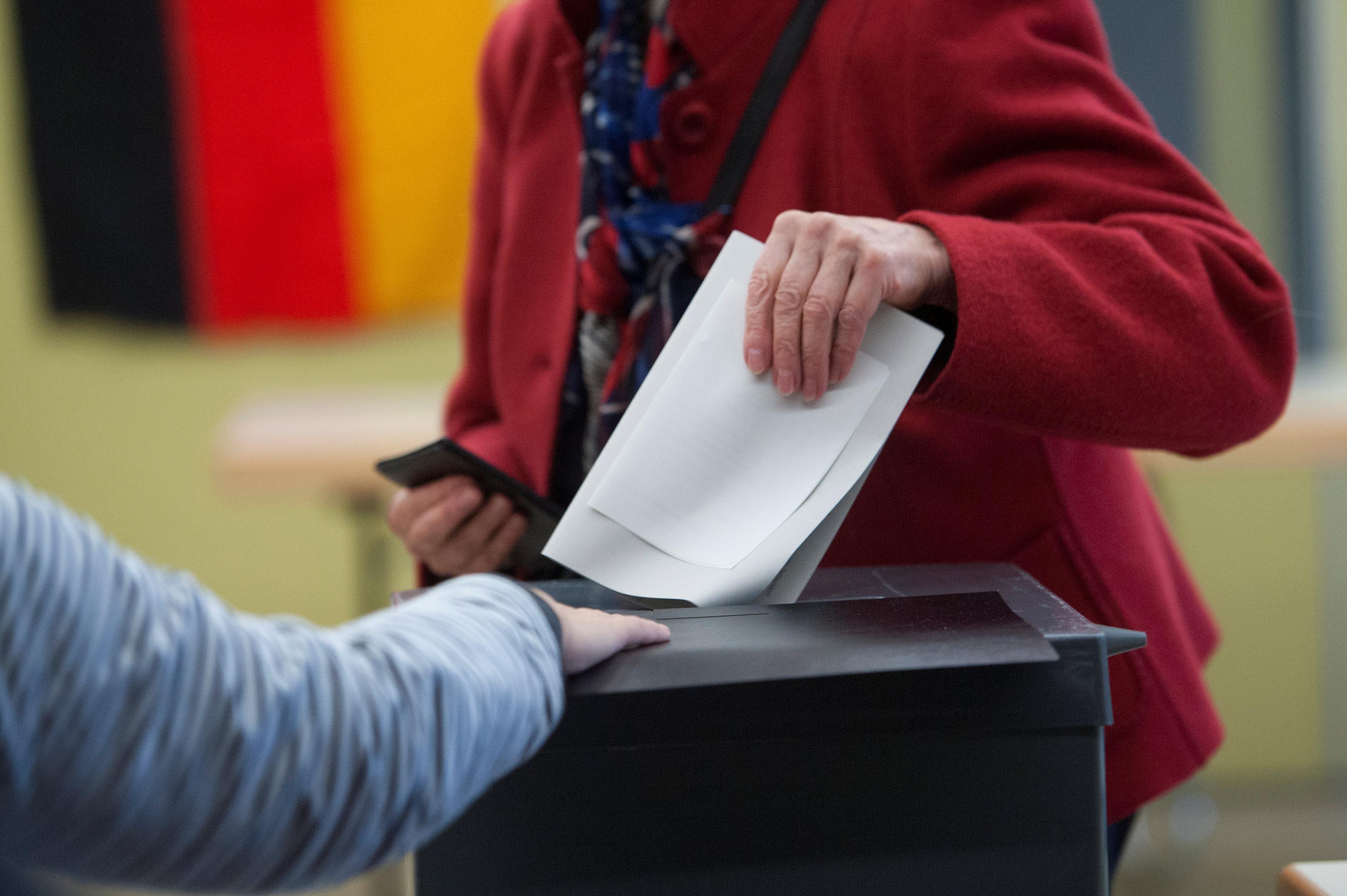 Photo of بدء التصويت في انتخابات ألمانيا وميركل على موعد مع التاريخ