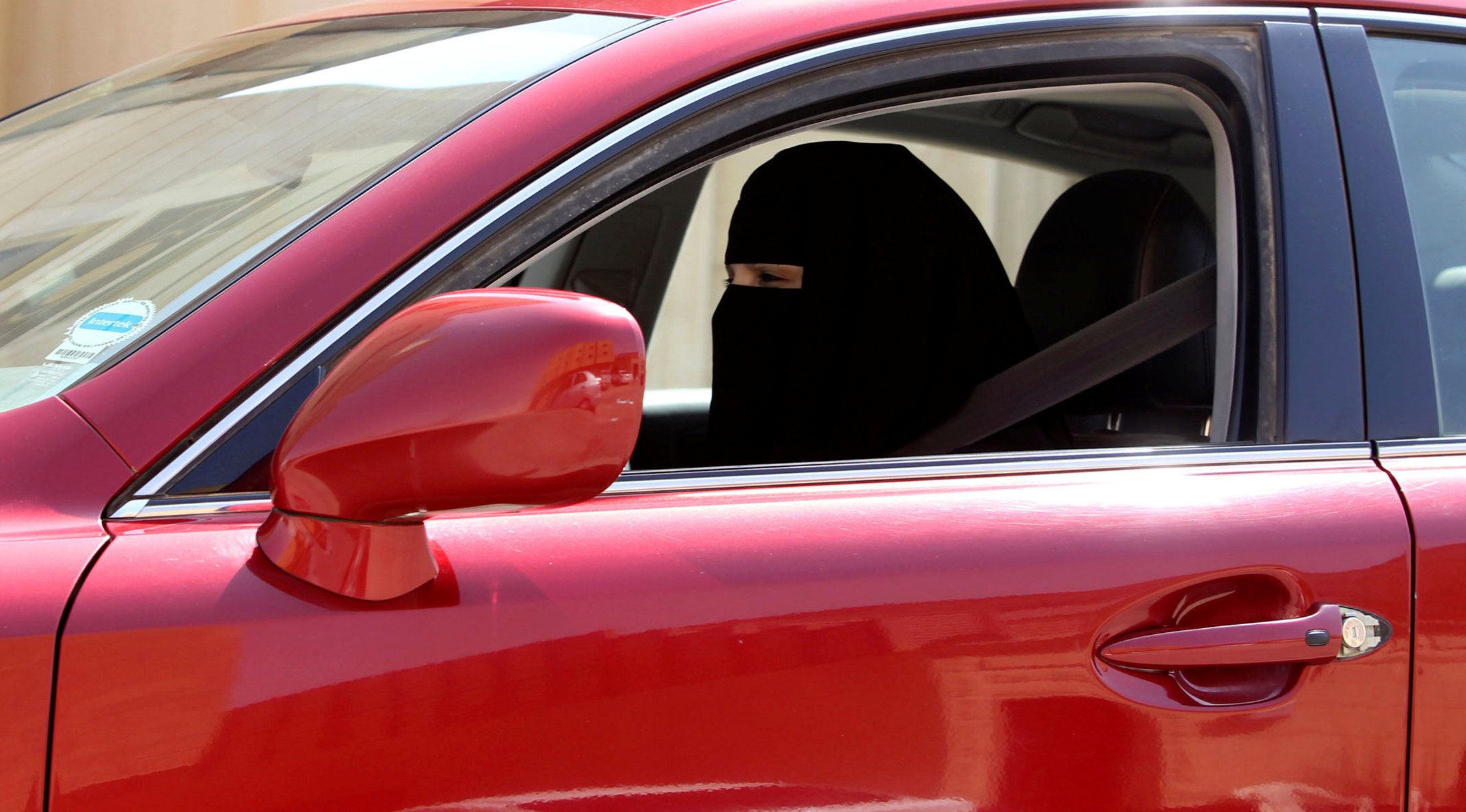 امراة سعودية تقود السيلرة